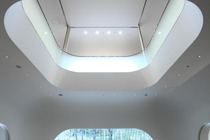 壁が白く丸みがあって柔らかな印象の館内では、それぞれのフロアによって利用する世代も活動内容も違いますが、吹き抜けで繋がっているところが魅力的ですね。