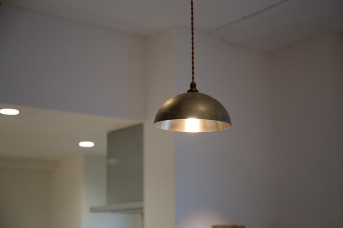 無垢の真鍮ならではの鋳肌の質感が活かされたペンダントライト。インテリアに自然になじみながらも、洗練された空間を作り出してくれます。