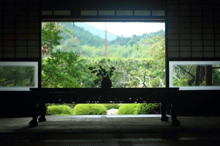 【「穴太寺」の本堂へ通じる方丈(円応院)の書院からの眺め】