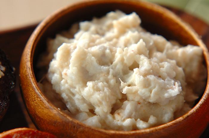 里芋に明太子やヨーグルトの隠し味をきかせたとろとろディップ。バゲットやクラッカーにのせたり、スティック野菜などにつけて食べるのもいいですね。里芋は、柔らかめに仕上げるのがおすすめ。