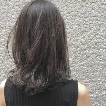 さらさらの髪の裾にだけふんわりとしたナチュラルな動きをプラス。肩にかかる髪がまとまって見えます。