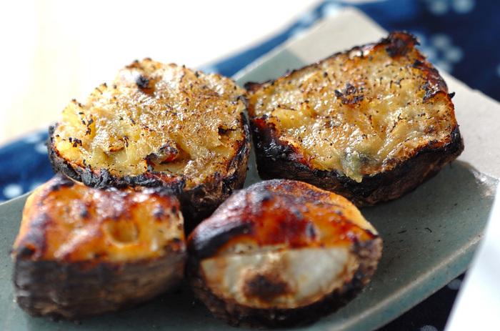 里芋といえば、田楽もはずせません。里芋をグリルで焼き、途中、白練り味噌を塗って、さらに焼き色がつくまで焼きます。ゆず皮のすりおろしをのせて、香りよく。