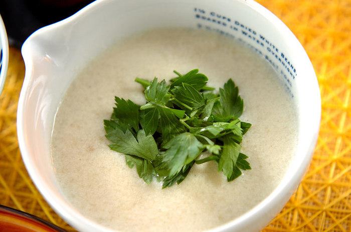 里芋を入れることで、とろりと濃厚なポタージュスープに!豆腐や豆乳を使って、すっきりヘルシーに仕上げています。体が疲れているときにも、優しくいたわってくれそうなスープです♪