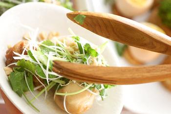 焼き色をつけた鶏肉と、下ゆでしてぬめりを取った里芋をオーブン焼きに。熱いうちに、アジアンソースをかけていただきます。里芋は、アジアのお芋と似ていて本場の雰囲気が出ます。