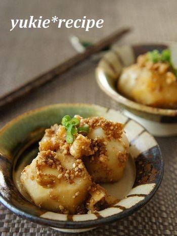 蒸した里芋に、くるみとごまの風味をからめた木の実和え。くるみは、できればこんがり煎って香ばしく。秋の香りを召し上がれ♪