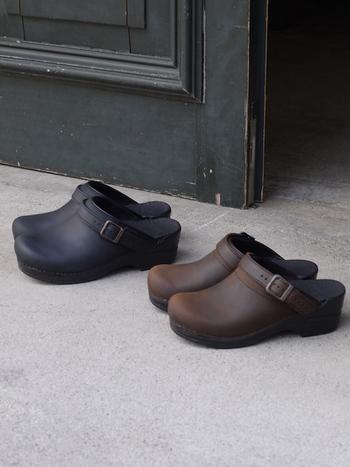 こちらは、サボタイプのINGRID(イングリッド)シリーズ。 ベルト部分は、このように飾りとしてアクセントにも、外して足首に引っ掛けても使えます。サボタイプなので、厚手の靴下ほど可愛い足元に♪