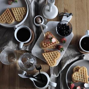 ワッフルは作る過程も楽しいですよね。規則正しい形や模様もワッフルメーカーを使えば簡単にできるので、カフェに出てくるようなおしゃれな盛り付けも気軽に挑戦できるでしょう♪その日の気分で甘いスイーツワッフルとちょっとしょっぱいお食事ワッフルを作り分けて楽しんでみてください。