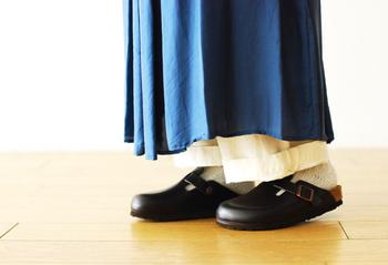 スリッパのような形状で、靴下を沢山履いた足元にもぴったり♪歩きやすさはお墨付き、季節を問わず年中使えるところも嬉しいですね。