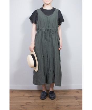 ブラック×カーキの組み合わせも大人にはピッタリ。まだまだ暑い日の続くお出掛けには麦わら帽子をプラスして。