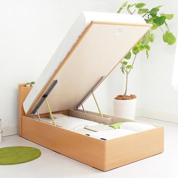収納は引き出しタイプも良いけれど、横幅をとってしまうので出し入れが難しい場合も…上に開くタイプならベッド幅のスペースだけ考えれば良いので、インテリアの配置の邪魔になりにくいですよ。