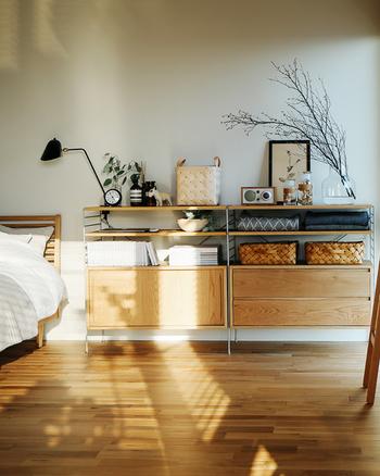 ユニットシェルフとは収納したい物に合わせて棚の位置や高さ、引き出しやボックスの配置を自由に組み替えられる家具のこと。連結したりスタッキングして使用します。