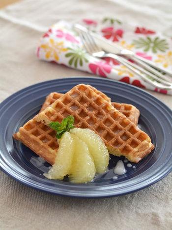 こちらは市販のワッフルにグレープフルーツで作るグレーズをかけて頂くレシピです。グレープフルーツは爽やかですがほろ苦さもあるので、甘さの強いワッフルが苦手な人にもおすすめ。