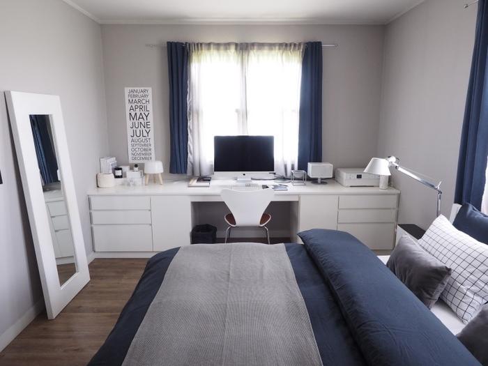 部屋の幅に合わせて作られたデスクが素敵です。こんな作業スペースがあると、眠れない夜も楽しく過ごせそうですよね。寝室に合った家具をどう選ぶかが居心地の良さに影響しそうです。