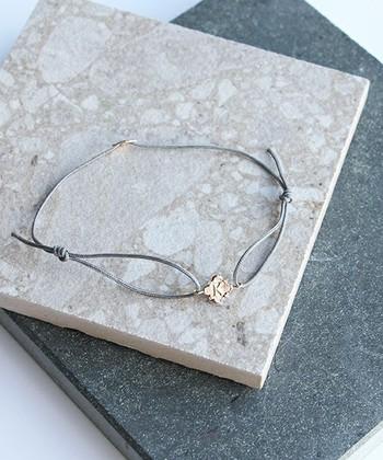 金属系はちょっと苦手……という人には細い紐(コード)でできたブレスレットがおすすめ。ワンポイントでビジューや金属モチーフなどがあると、大人っぽさもプラスできます。