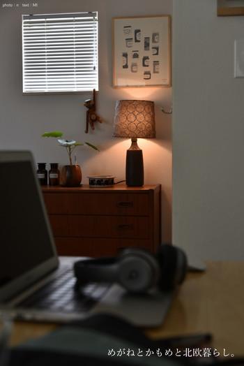 点灯してないときも置いてあるだけでおしゃれなミナペルホネンのスタンドライト。ベッドサイドにあると読書がはかどりそうですね。