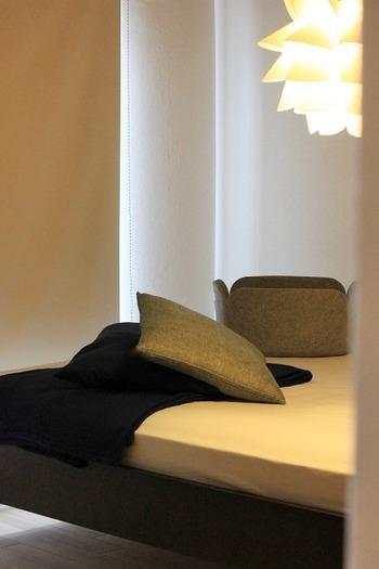寝室での過ごし方に合った照明選びも大切です。フロアライトに加え、柔らかな灯りをもたらしてくれる間接照明を取り入れると雰囲気のある癒やし空間に♪