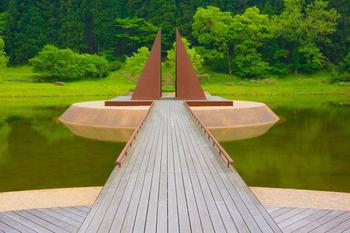 公園のシンボル「ピラミッドの島」は、元々は水田だったという池の上に浮かんでいます。背景にある杉林も美しいですよね。