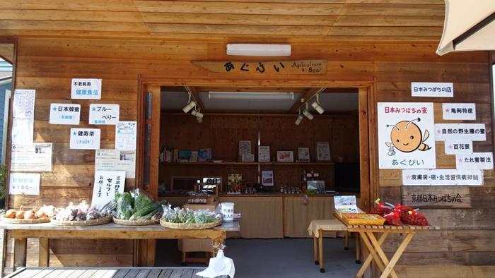 """穴太寺の門前に店を構える「あぐびい」は、土日のみ営業のはちみつ専門店。穴太寺のお土産にお勧めのお店です。 「あぐびい」の蜂蜜は、""""日本みつばち""""の純度100%。店では蜂蜜だけでなく、京丹波産の有機野菜や特産物も販売しています。"""