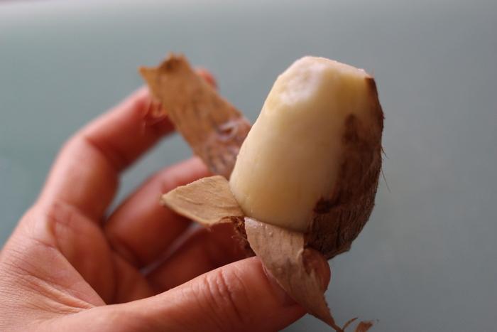 レンジを使った皮のむき方も。洗った里芋をラップで包み、レンジに3分ほどかけます。かたければ、もう少し加熱します。楊枝がすっと入ればOK。皮はつるりとむけます。時間のないときなどに便利な下処理法ですね。