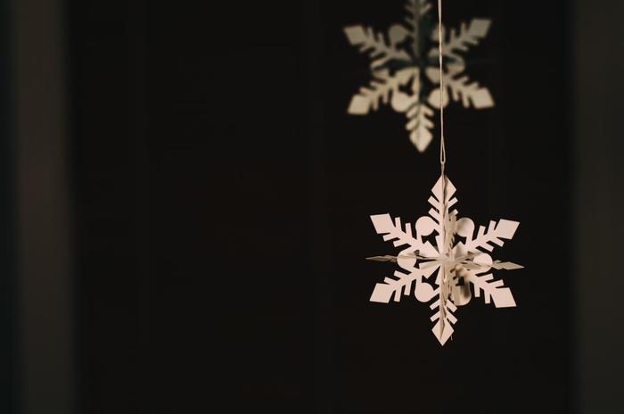雪の結晶を型どったオーナメント。紙を切り抜いて思いのままに飾りたいですね。