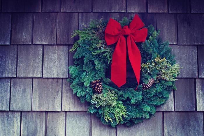 リース部分にボリュームを持たせ、赤い大きなリボンを結びます。シンプルながらクリスマスらしいとても素敵なリースになりますね。