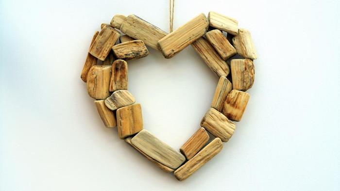 小さな木片をいくつも繋げて作るハート型のオーナメント。木肌を生かして、バランスを見ながら作る時間を何より楽しみたいですね。