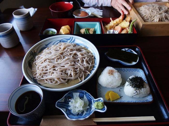 【亀岡の人気蕎麦店「銀そば せいいち」の『ざるそば』と、蕎麦を蒸して頂く『銀そば』。】