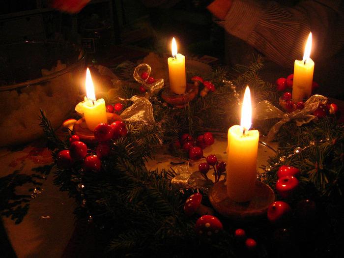 キャンドル一つ一つに小さなリースを作って飾りつけ。リンゴなどクリスマスらしいモチーフが気分を上げてくれそう。