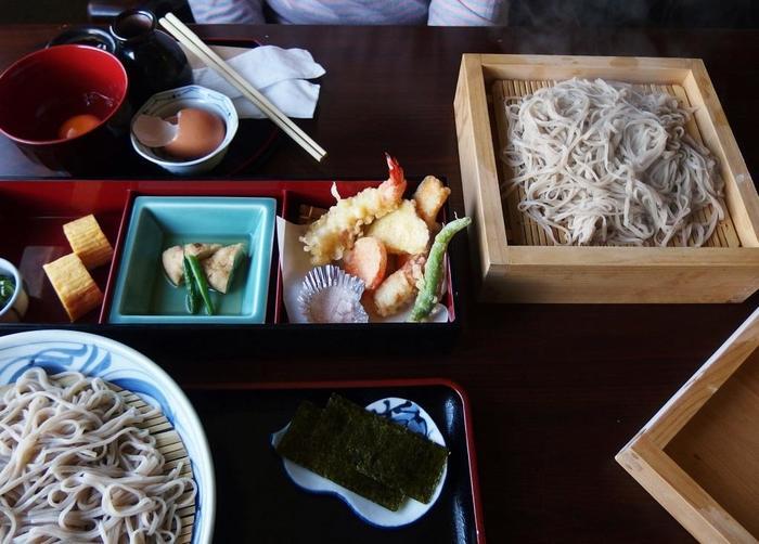 「せいろ蕎麦」も茹で加減良く、喉越し爽やかと評判です。 【画像手前は、地野菜の天ぷらや料理が付いた「せいろ蕎麦セット」。】