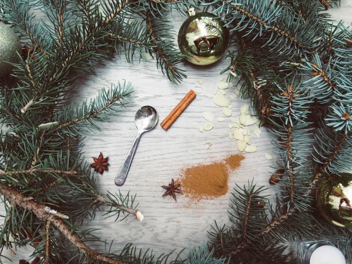 アドベントクランツ用に、手作りリースを作るのも良いですね。必要なモノさえ揃えば、意外と簡単にできるのでクリスマスを待ちながらオリジナルで作ってみるのも◎。