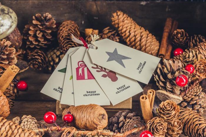クリスマスのカードも手作りなら楽しいですね。色紙やハンコ、シールを使う方法もおすすめです。オリジナルのクリスマスカードをたくさん作りましょう。