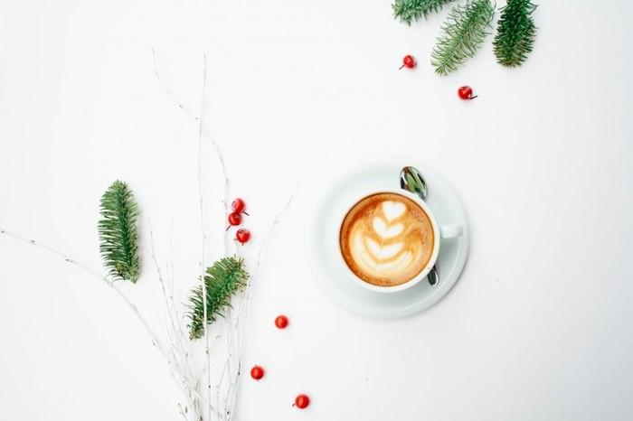 コーヒータイムもクリスマスカラーに囲まれて。ほんのひと手間で、いつものテーブルが変わります。