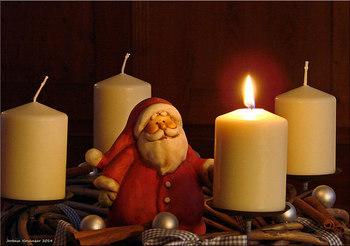 サンタさんの人形や、クリスマスらしいお好みのモチーフで飾りつけすれば一層楽しく華やかに。凝りだすと止まらなくなりそう…!