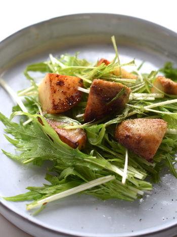 里芋をカリカリに炒め焼きしてサラダに。オリーブオイルやバルサミコなど洋風の味がよく合います。