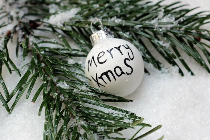 アドベント・クランツ(Advents kranz)とは、もみの木や松などの常緑樹の枝でリース(輪)を作り、リースの中心に4本のキャンドルを立てて作ったものです。 クリスマスの4週間前の日曜日(この期間をアドベントと言います)から毎週日曜日ごとの午前中に、用意したキャンドルに火を1本ずつ増やしながら灯し、クリスマス当日を待つ風習に使われるリース飾り。物の少なかった時代に、キャンドルを大事に大事に使いながらクリスマスをお祝いした風習なんだそうです。 キャンドルに火をともしながらクリスマスをワクワク待つ気持ちは、日本でいうところの「もういくつ寝るとお正月」に似た感覚かもしれませんね。