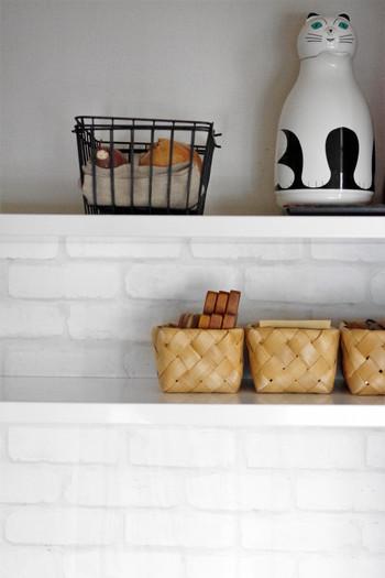 キッチン周りの小物は、こんな風にカゴを置いて収納するのもいいですね。