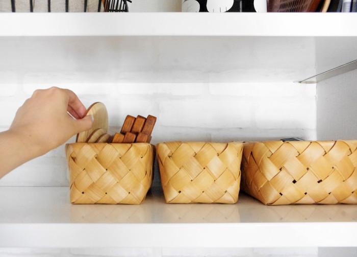 ささっと取り出せて、カゴごとテーブルに運ぶこともできるので便利♪コースター、カトラリー、スティックシュガーなどを入れて置けば、お客様が来た時にもスムーズにおもてなしできそうです。