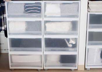 クローゼットや押し入れに引き出しケースを入れるときは、サイズをきっちりと測っていくのが重要です。別売りのキャスターを取り付けることもできます。キャスターをつけるとケースの奥に季節アイテムなどを収納することもできますね。