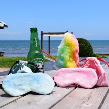 飛行機や新幹線でくつろぎたい、宿でなかなか寝付けない…そんな時におすすめなのが「アイマスク」。  視界が遮られるだけで、驚くほどリラックスすることができるのでぜひお試しください!  【夏福袋】Summer Breezeアイマスクセット https://www.creema.jp/item/4142555/detail