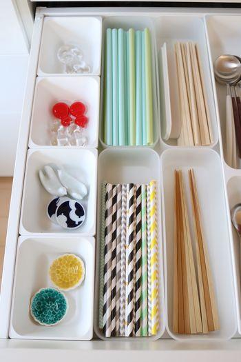 キッチンの引き出しにはトレイを上手に使うとお箸やストローなどの収納もすっきりまとまります。どこか可愛らしいのは、トレイの角が丸いからでしょうか♪