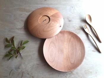無垢材を用いて職人が一つ一つ削りだしを行ってつくられたお皿です。  プレポリマー塗装という特殊な仕上げを施しているため、木の風合いを壊さず、  基本的にメンテナンスフリーで、何年でも変わらずに永く使っていただくことが可能です。  (木のプレート中皿)