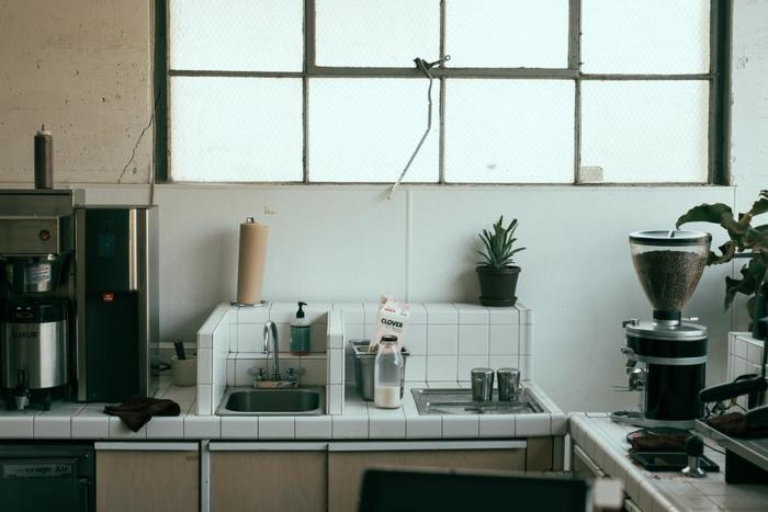 キッチンに植物を飾って。グリーンのパワーでで明るく元気にお料理も楽しめそうですね。