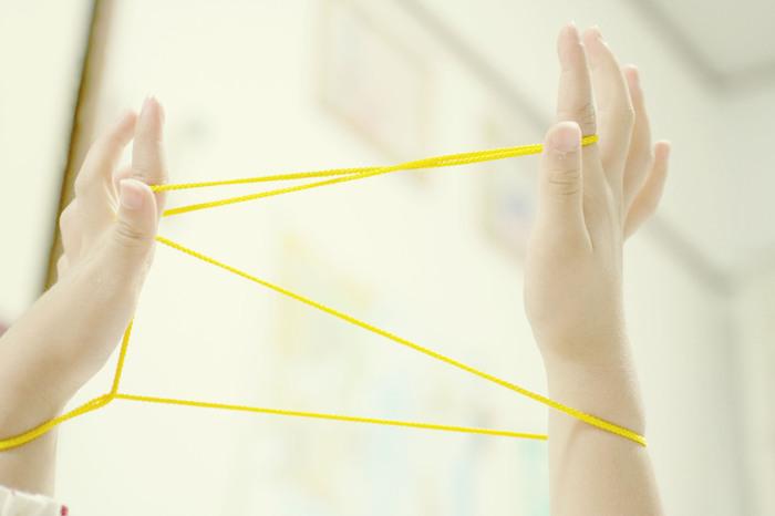 ただ紐を用意するだけで何通りもの遊びができてしまうあやとり。準備はシンプルだけど、そのなせる技はとても複雑。指や頭の体操にもなります。童心にもどってあやとり、してみませんか?
