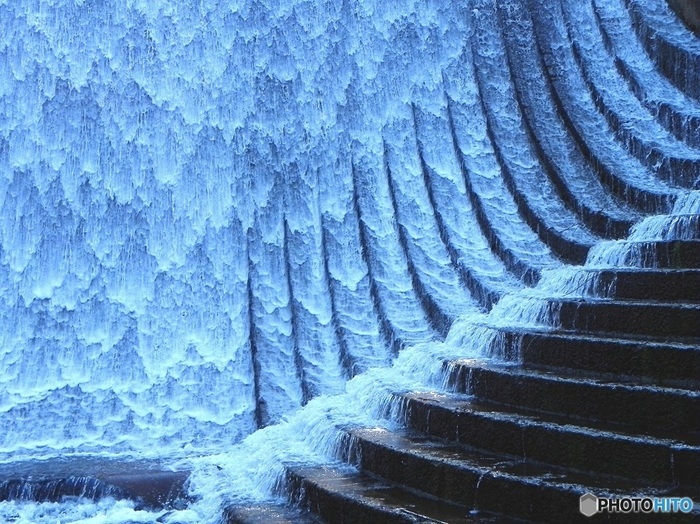 ダムなのに実利一辺倒にならず、水の流れを計算し尽くしたこの美しさ。脇の階段を水が滑るさまはまるで乙女の髪の毛のような繊細美。設計者の美意識が偲ばれます。