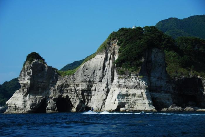 洞窟の外の海も真っ青で綺麗です。見事な岩も迫力満点です。