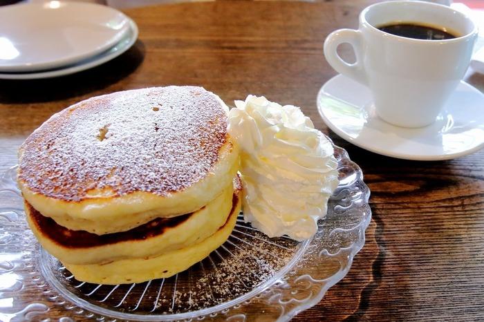 訪れるひとのお目当ては三段重ねのパンケーキ。もっちりふわふわのパンケーキに生クリームがたっぷり添えられて、食べごたえ満点です。