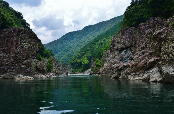 吉野熊野国立公園内にある「瀞峡(どろきょう)」。深い峡谷をエメラルドグリーンの水が悠々と流れる、壮大な景色が見ものです。