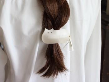 しっぽのタッセルがゆらゆら揺れる、かわいらしい猫のバレッタ。まとめ髪はもちろん、ハーフアップスタイルにつけるのもおすすめ♪