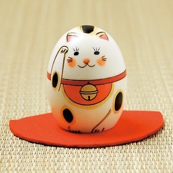 同じく「招き猫」の、こちらは表情がかわいらしいこけし飾り。彫刻や焼き絵など、職人がひとつひとつ丁寧に工程を重ねて作られた工芸品です。