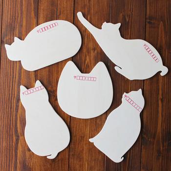 こちらは120円切手を貼ればきちんと郵送できる、珍しい猫の木製はがきです。部屋のインテリアとして飾るのもかわいいですね。